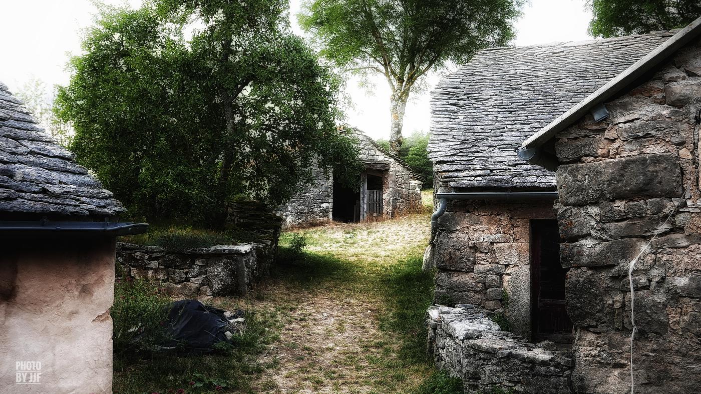 entre2brises_Larzac_Montredon_village_JJF12