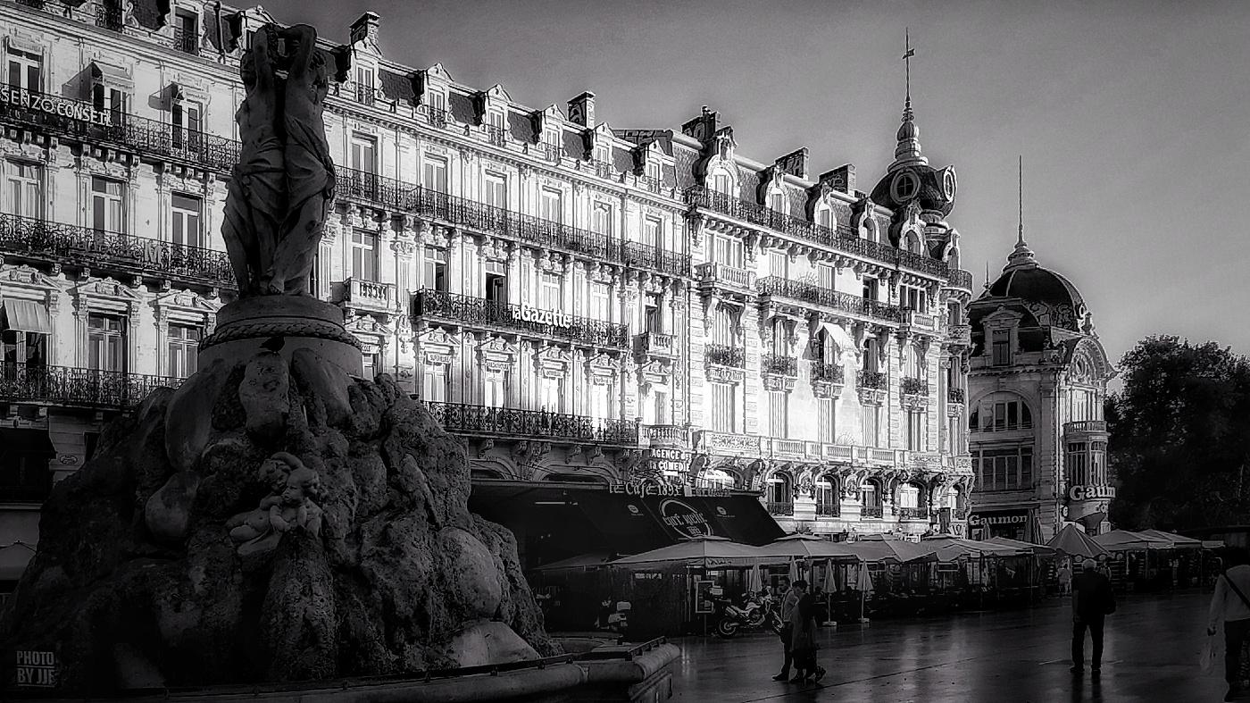 Montpellier - La place de la Comédie - La fontaine des trois grâces