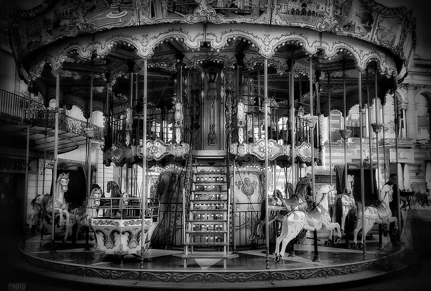 Montpellier - La place de la Comédie - Le Célèbre manège